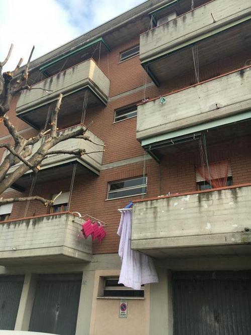 Installazione di un ascensore esterno in un palazzo di 3 for Piani di casa di palazzo